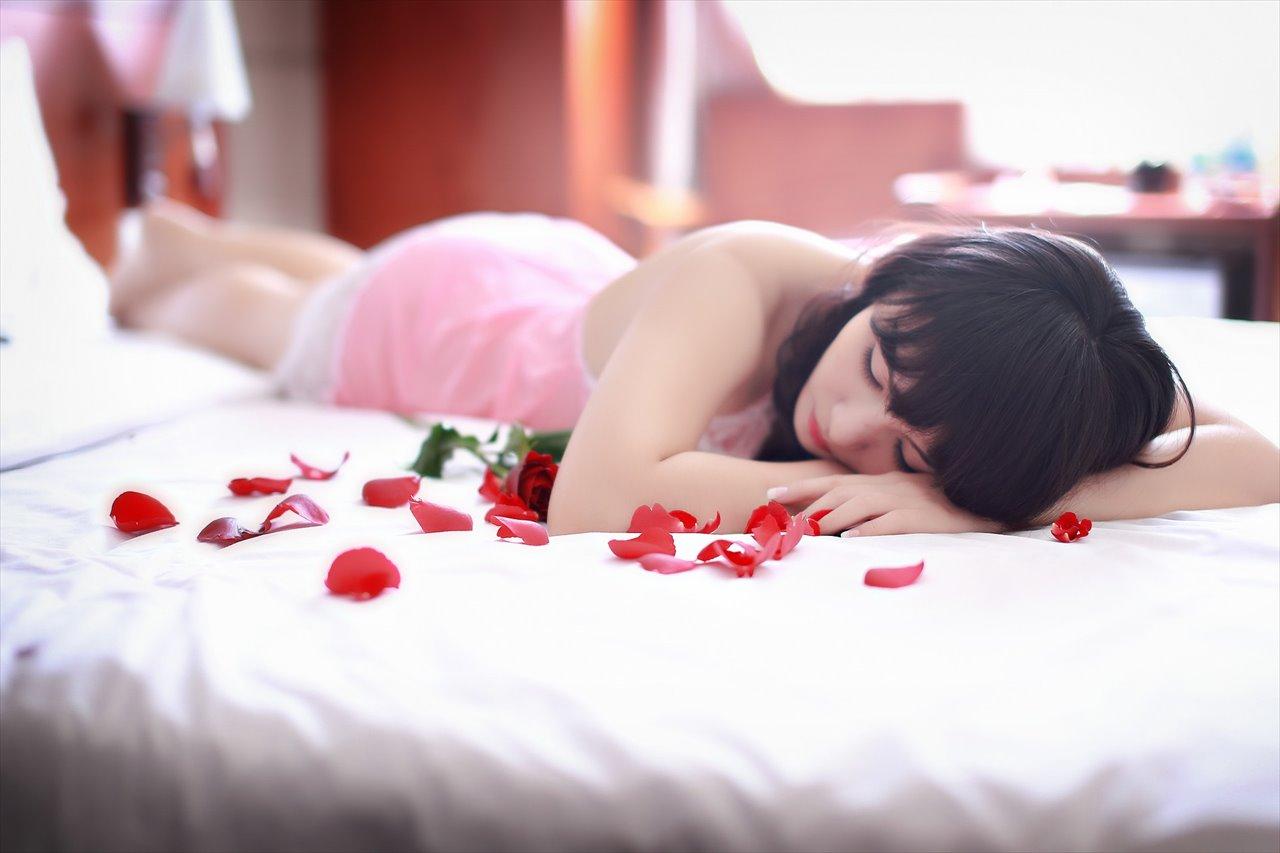ベッドに横たわる美女