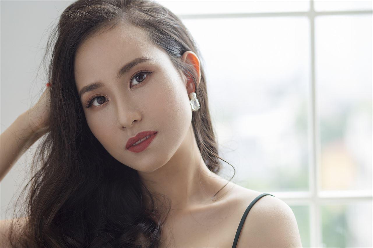 見つめるベトナム女性