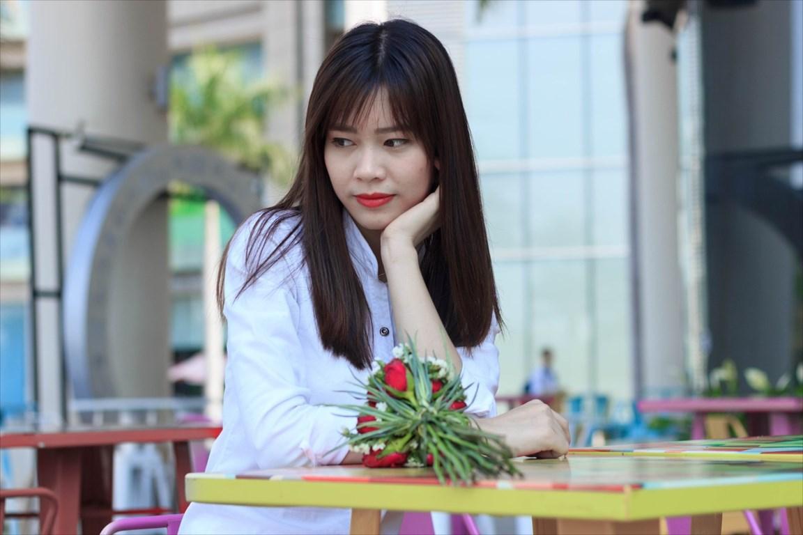 カフェで男性を待つベトナム女性
