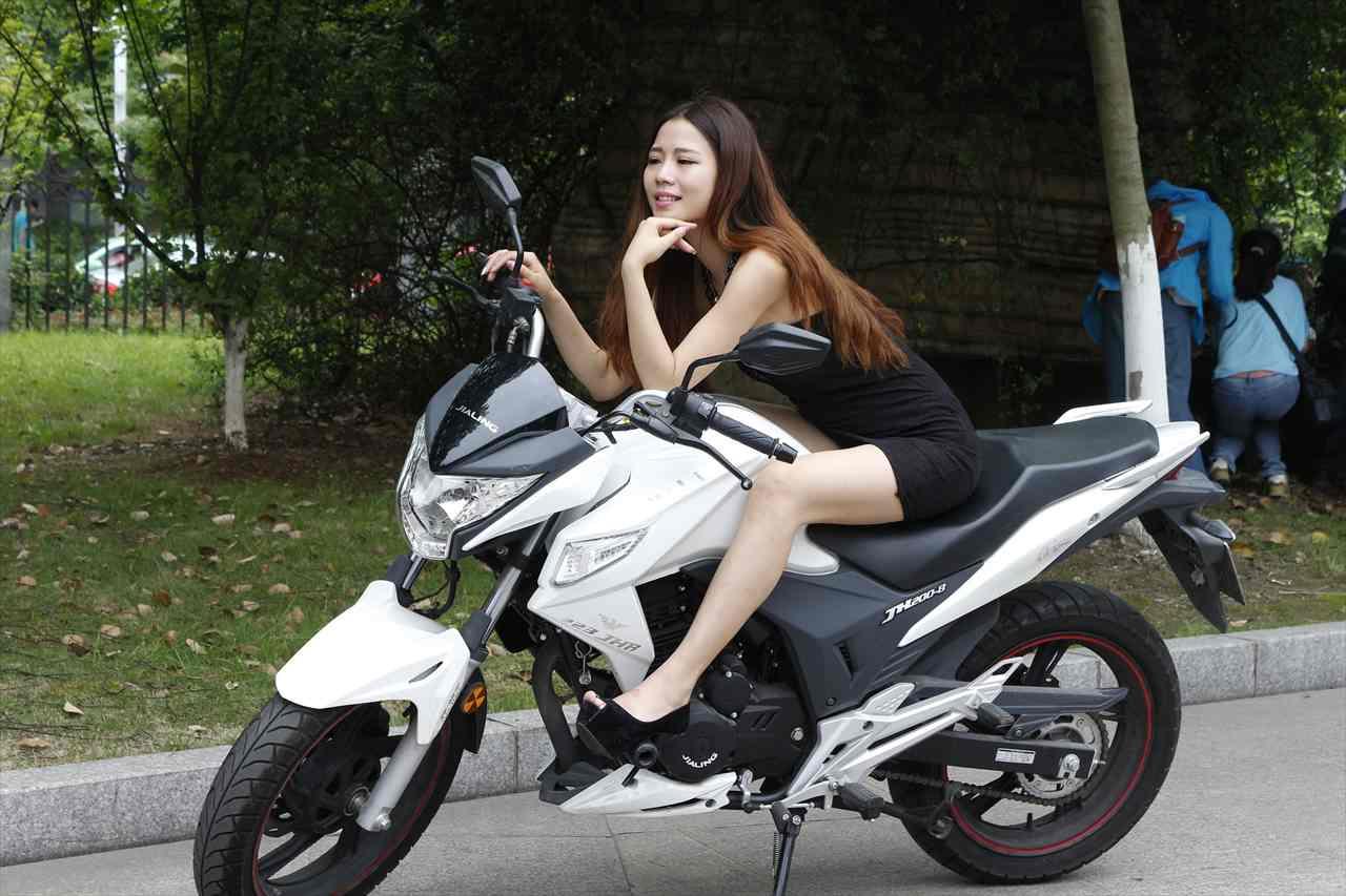 バイクにまたがるベトナム美女