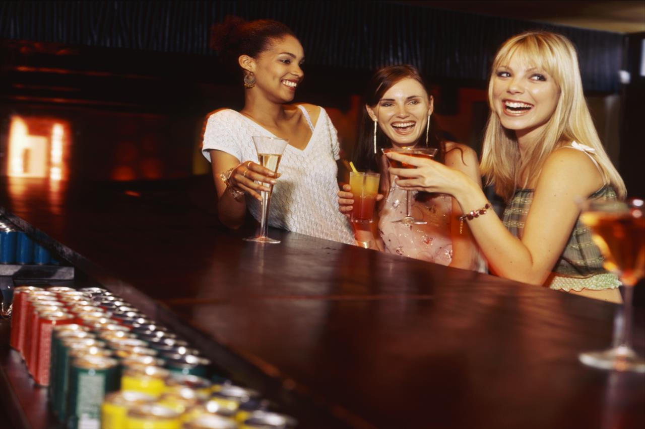 お酒を飲む女性たちの写真