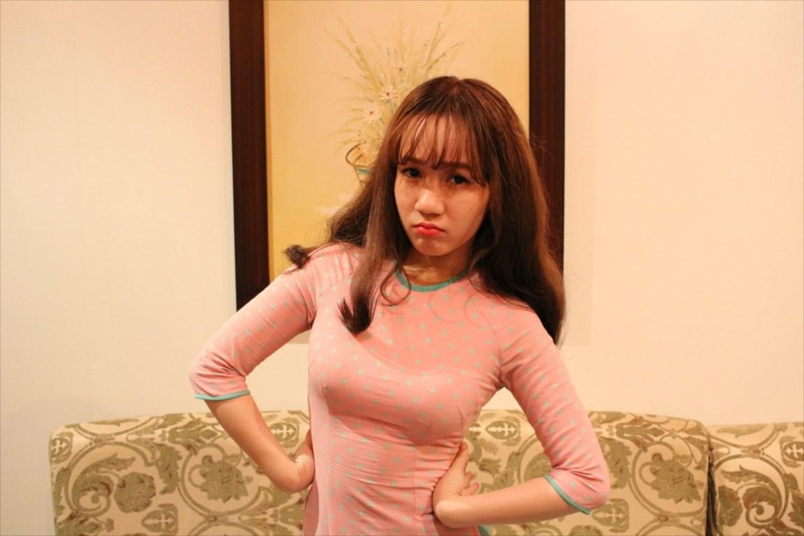 腰に手を当てるベトナム女性