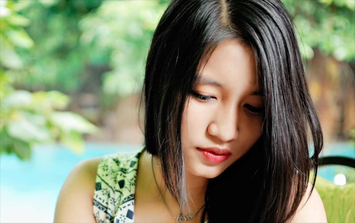 うつむくベトナム女性