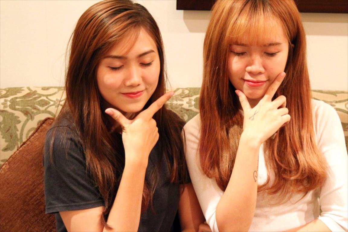 ポーズをとる2人のベトナム女性