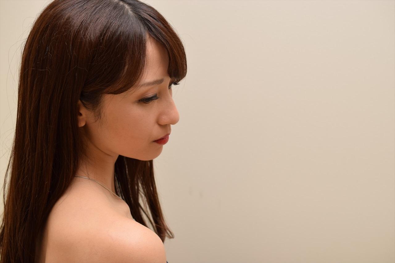 横を見つめる女性