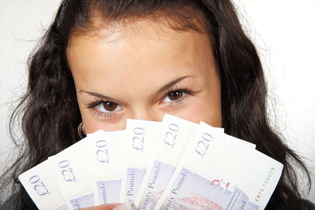 お金を持った女の子の写真